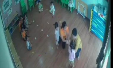Bé gái bị cha của bạn đánh tại lớp học từ chuyện tranh đồ chơi