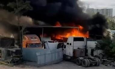 Hoả hoạn tại bãi xe và gara ô tô ở Sài Gòn, nhiều phương tiện cháy rụi