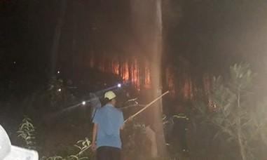 Hàng trăm CBCS cùng người dân căng mình chữa cháy rừng trong đêm