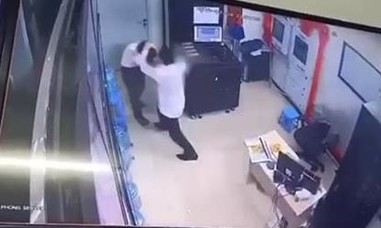 Nữ bảo vệ chung cư bị kẻ say xông vào phòng đánh trọng thương