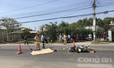 Xe máy ngã vào gầm xe tải, 1 người tử vong thương tâm