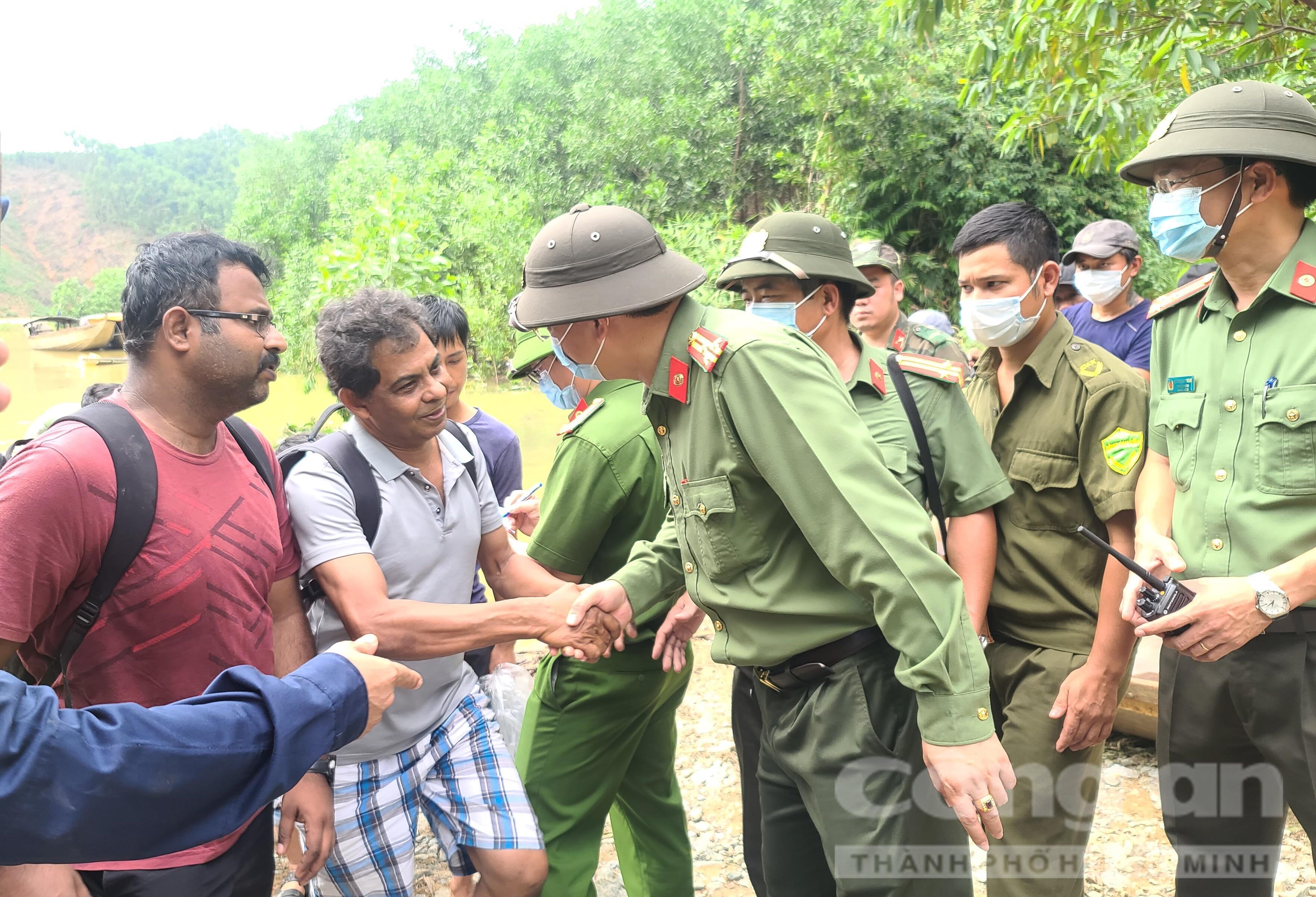Thượng tá Nguyễn Thanh Tuấn – Giám đốc Công an tỉnh Thừa Thiên – Huế động viên, thăm hỏi chuyên gia Ấn Độ trong đoàn người được cứu hộ.