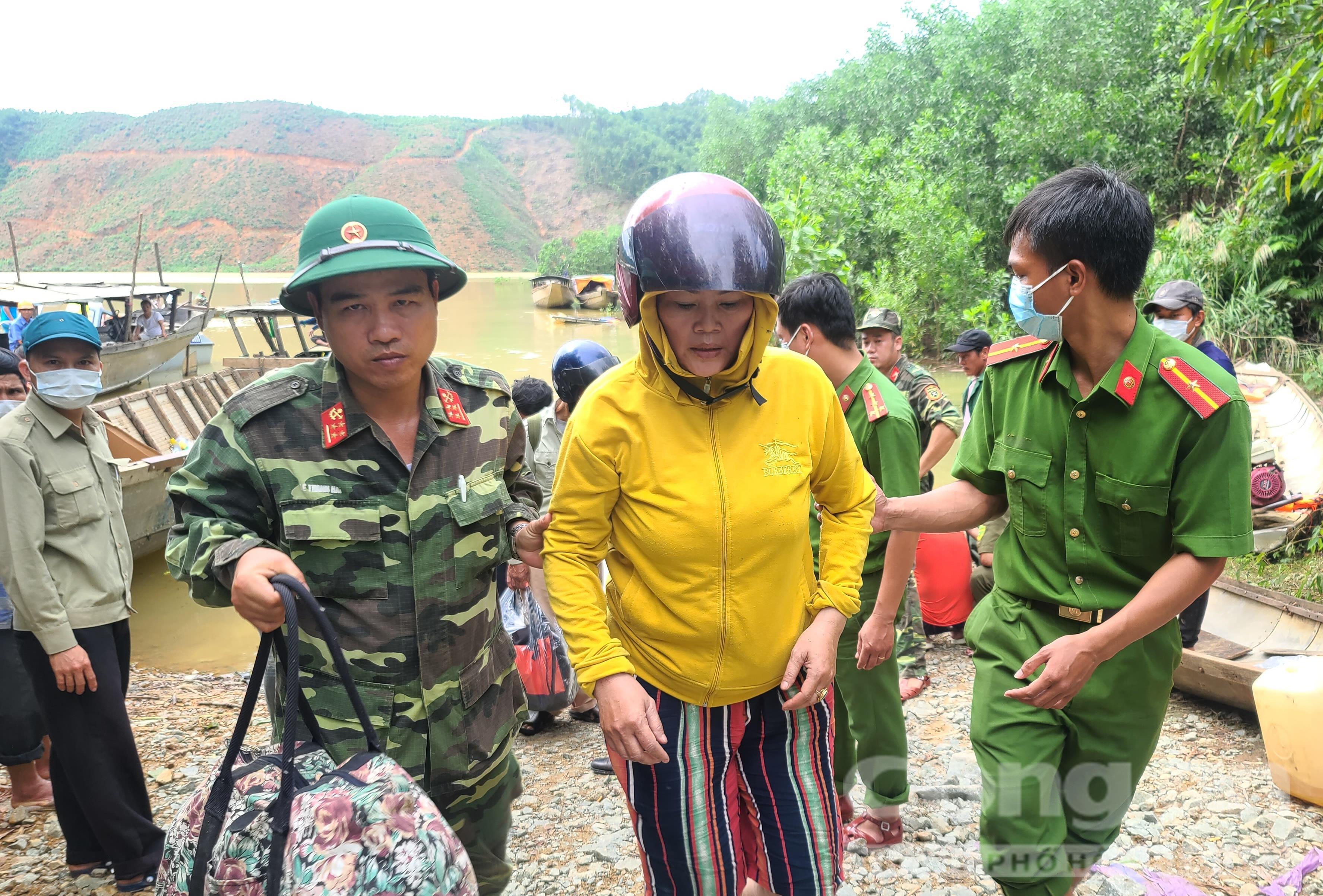 Người phụ nữ duy nhất trong số 19 người vừa được cứu hộ là chị Khương (quê tỉnh Quảng Trị).