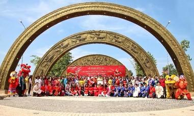 Cổng chào họa tiết trống đồng lớn nhất Việt Nam