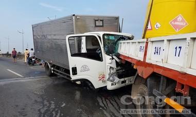 Xe tải tông xe cẩu đang sửa chữa ở giữa đường, 2 người chết