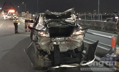 Môtô phân khối lớn tông nát đuôi ôtô Toyota trên cầu Bình Lợi