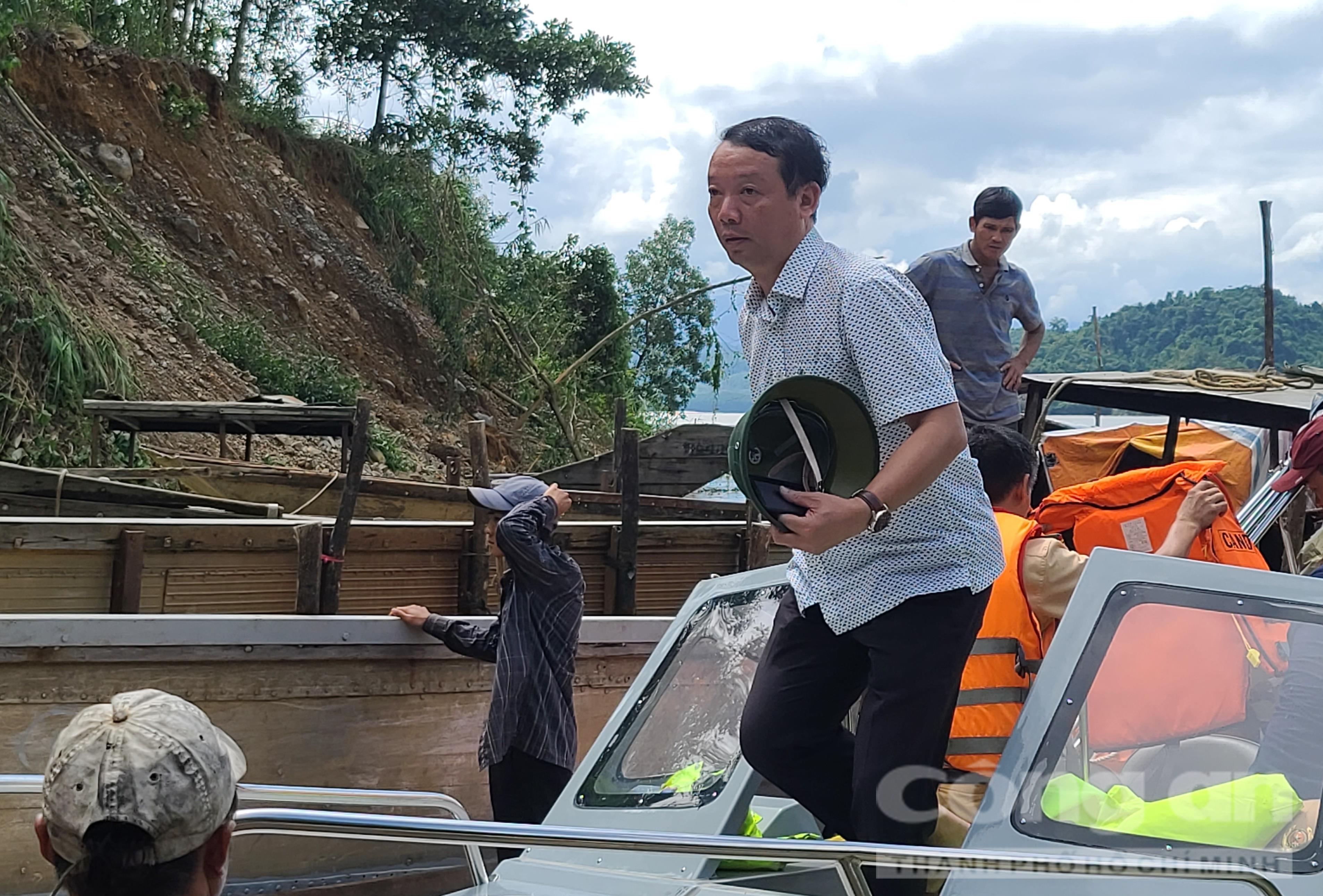 Ông Phan Thiên Định - Phó Chủ tịch UBND tỉnh Thừa Thiên – Huế đến hiện trường vụ cứu hộ cứu nạn vào trưa 14-10.