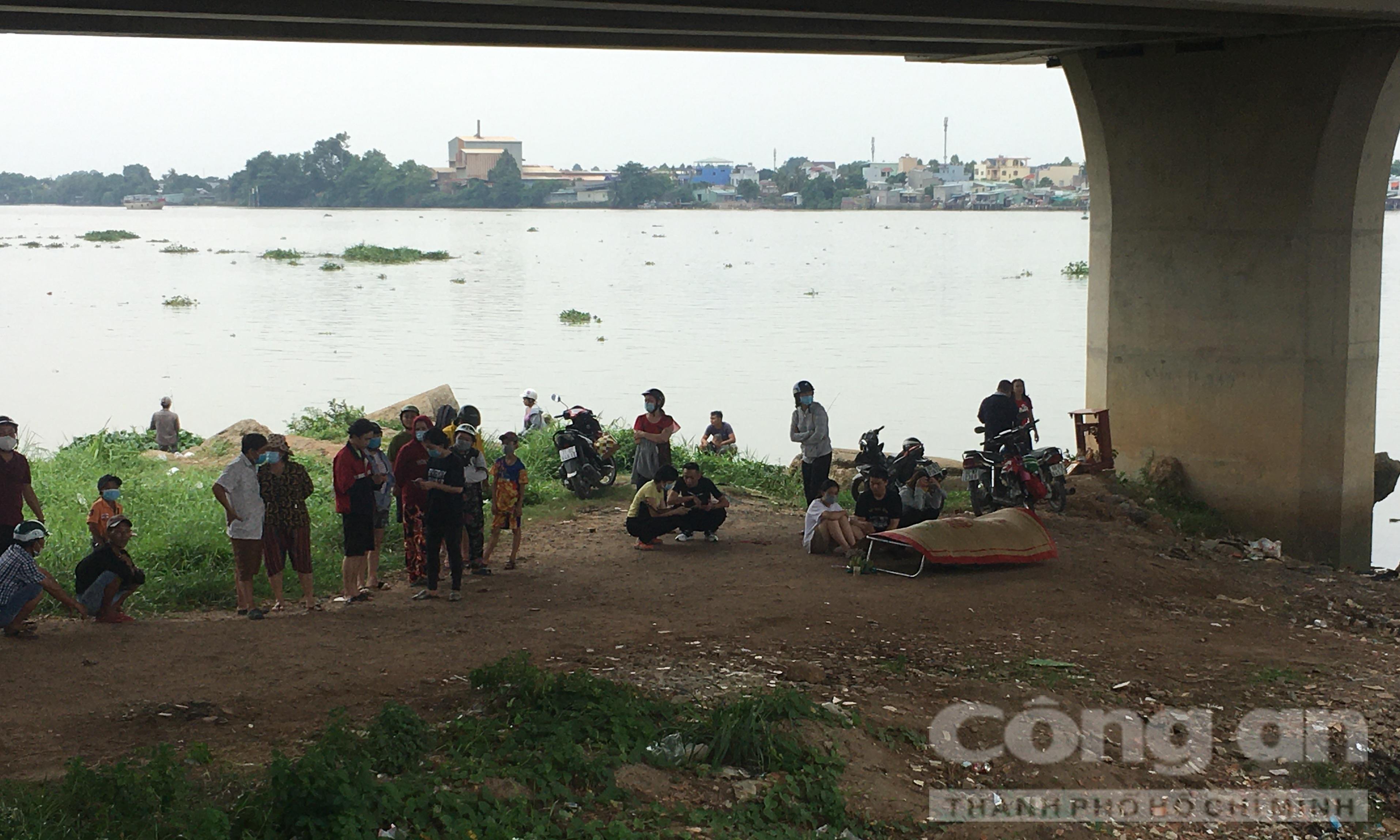 Người phụ nữ bỏ lại xe máy trên cầu Hoá An, nhảy sông Đồng Nai tự tử
