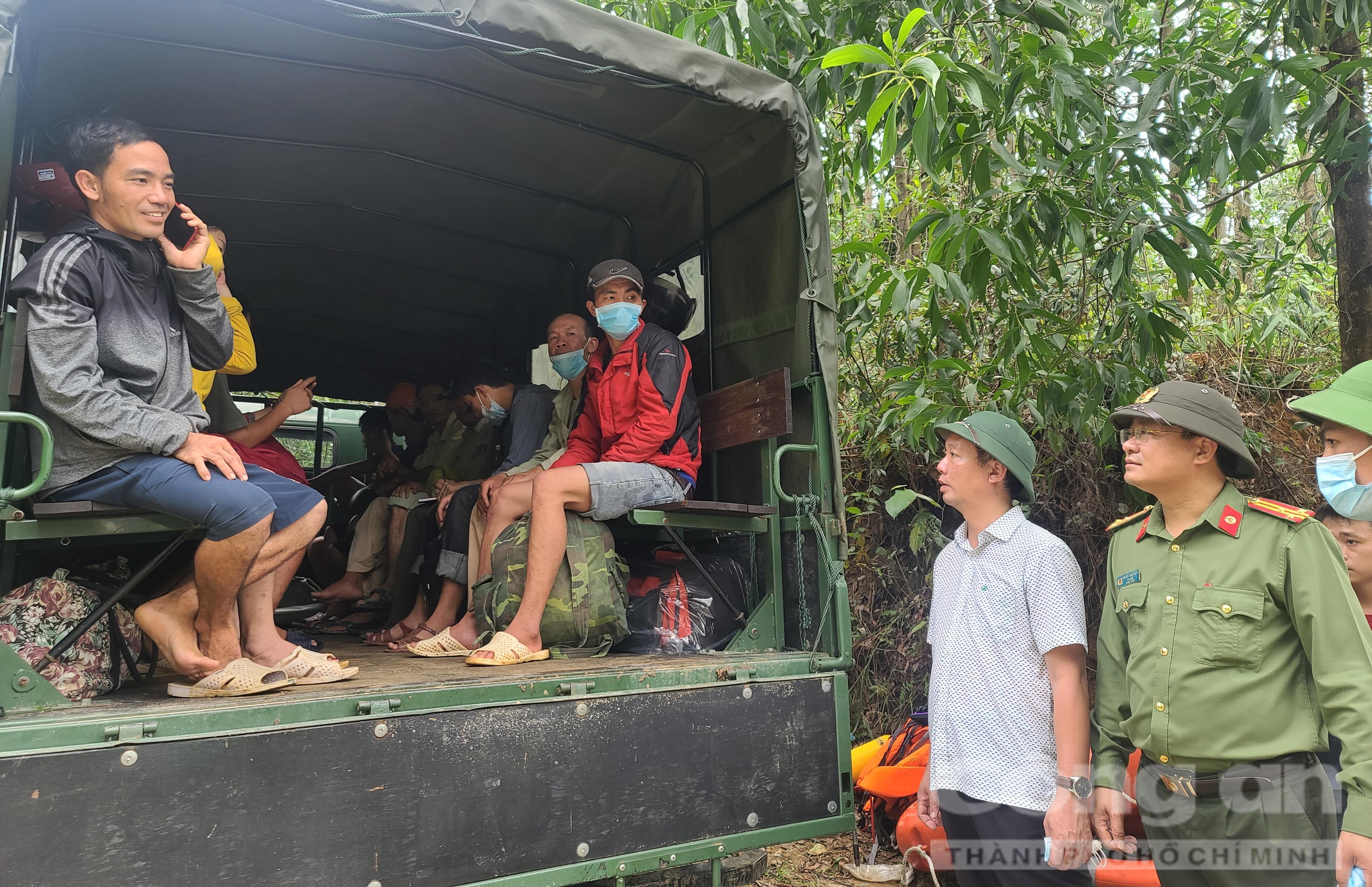 Ông Phan Thiên Định - Phó Chủ tịch UBND tỉnh Thừa Thiên – Huế và Thượng tá Nguyễn Thanh Tuấn – Giám đốc Công an tỉnh Thừa Thiên – Huế động viên, thăm hỏi 19 người vừa được cứu hộ an toàn