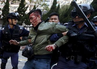 Bạo động, lửa cháy, súng nổ ngay đầu năm mới tại Hong Kong