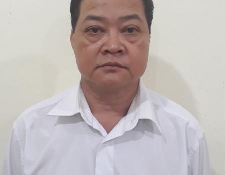 Ông Dương Xuân Kiểm cùng 3 người khác sử dụng MT ngay tại trường học.