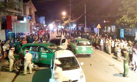 TP.HCM: 5 ô tô và 14 xe máy tông nhau, 1 người chết