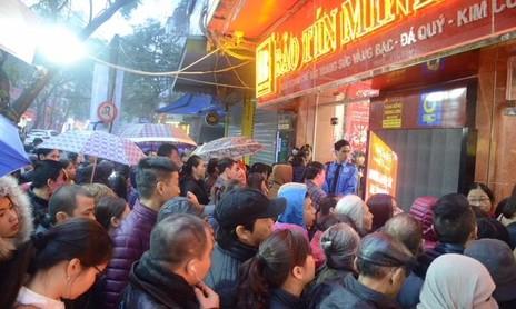 Dân Hà Nội xếp hàng trong rét mướt chờ mua vàng