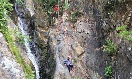 Vụ phượt thủ tử vong ở thác: Thi thể được đưa khỏi hiện trường