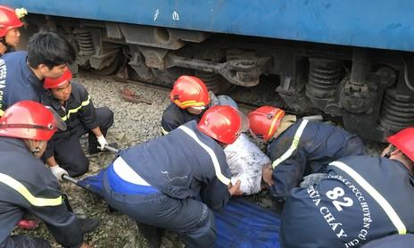 30 phút kịch tính giải cứu thanh niên nằm dưới gầm tàu hỏa ở Sài Gòn