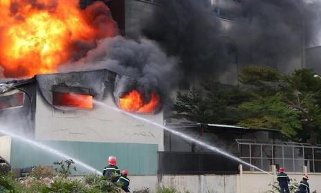 Đang cháy dữ dội ở khu công nghiệp Việt Hương 1 (cập nhật...)