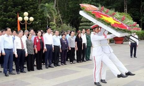 Chủ tịch Quốc hội tưởng niệm các Anh hùng Liệt sỹ tại TP.HCM