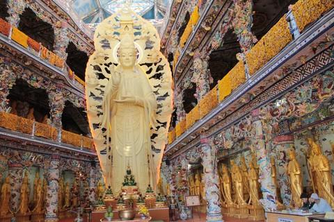 Tượng Phật Quan Thế Âm Bồ Tát trong nhà bằng bê tông cốt thép cao nhất Việt Nam