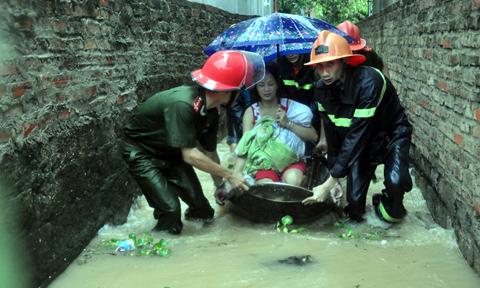 Kết quả hình ảnh cho bộ đội cứu giúp người dân chống lũ