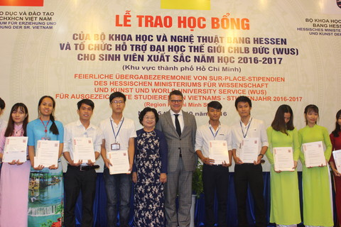 Bà Trương Mỹ Hoa - nguyên phó chủ tịch nước, cùng ông Boris Rhein - Bộ trưởng bộ Khoa học và nghệ thuật bang Hessen trao hoa và học bổng cho các sinh viên các trường đại học và cao đẳng khu vực TP. HCM