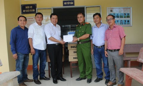 Báo Công an TP.HCM tặng 5 dàn máy vi tính cho Công an tỉnh Kiên Giang