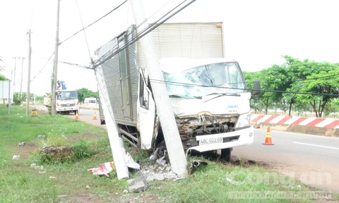 Tài xế xe tải ngủ gục, tông gãy hai cột điện bên đường