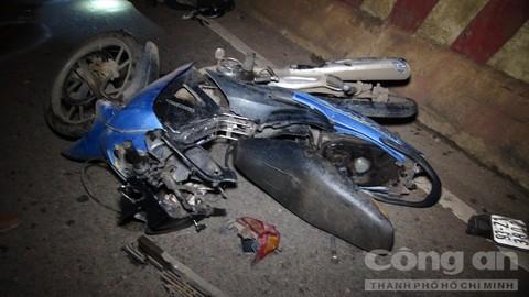 Chiếc xe máy của nạn nhân hư hỏng hoàn toàn sau cú tông- Ảnh: Oanh Nguyên