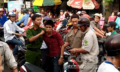 Lao xe hạ gục tên cướp giật dây chuyền trên đường phố ở Sài Gòn