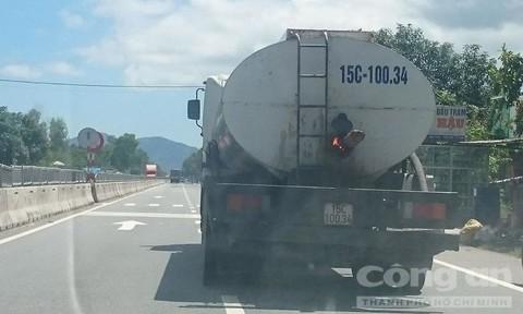 Người tham gia giao thông hoảng hồn vì xe chở nhựa đường phát lửa