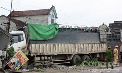 Bị xe tải tông 3 người thương vong