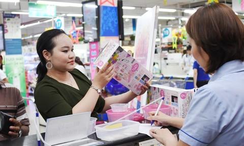 Khách hàng thích thú với quà Tết mới của siêu thị Co.opmart