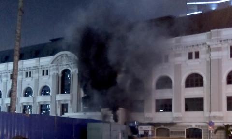 Trạm điện gần Nhà hát TP.HCM cháy gây cúp điện