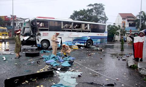 Xe khách tông nhau nát đầu trước cổng bến xe ở Quảng Trị