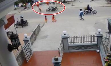 CLIP: Xe máy phóng nhanh tông em bé chạy qua đường