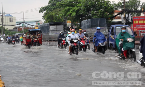 Quốc lộ 13 ngập sau trận mưa lớn
