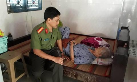 Báo Công an TP. HCM thăm hỏi các mẹ Việt nam anh hùng ở Bến Tre
