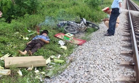 Tàu hỏa kéo lê xe máy khiến một người tử vong tại chỗ