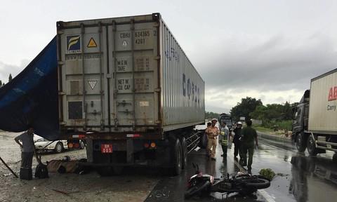 Tông vào xe container đang chuyển hướng, một thanh niên tử vong