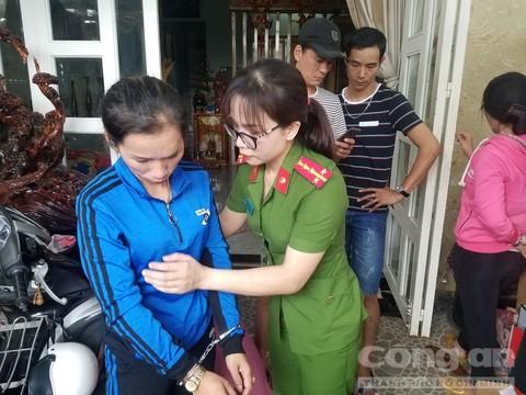 Đối tượng Trần Thị Tường Vi bị lực lượng Công an khám xét và bắt giữ về hành vi mua bán trái phép chất ma túy