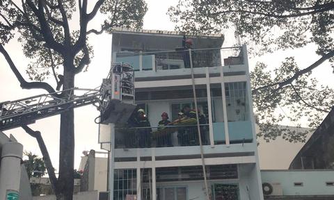 Cảnh sát cứu người đàn ông kẹt trong căn nhà 4 tầng bốc cháy