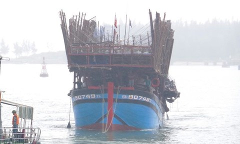 Cháy tàu câu mực trên vùng biển Trường Sa, 33 ngư dân thoát chết