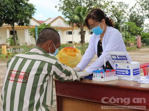 Phạm nhân được xét nghiệm máu để chẩn đoán đúng bệnh nhằm chữa trị kịp thời