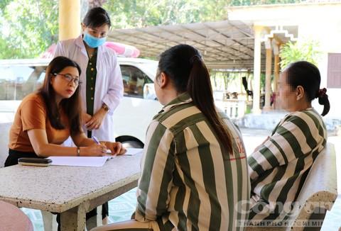Hai phạm nhân nữ B.T. và T.L. vừa nhập trại tại Phân trại 5 được tiến hành khám, tầm soát HIV