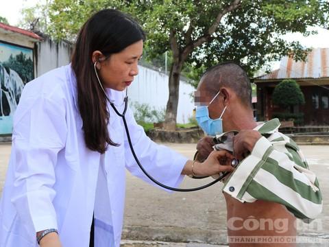 Bác sĩ Nguyễn Thị Lai, Khoa điều trị HIV, Trung tâm phòng chống HIV/AIDS Bình Thuận khám bệnh cho phạm nhân