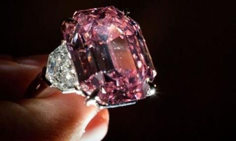 Viên kim cương hồng lập kỷ lục 50 triệu USD sau 5 phút đấu giá