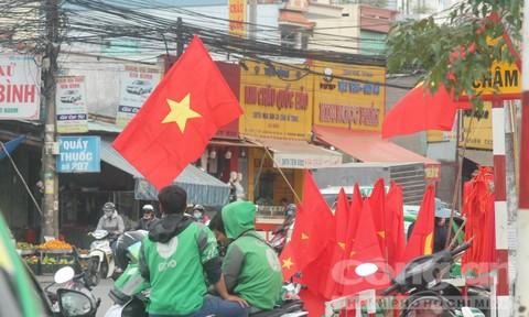 Đường phố nhộn nhịp sắc màu cổ vũ tuyển Việt Nam