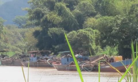 """Giá cát cao, cát tặc """"đua nhau"""" tàn phá sông Đồng Nai"""