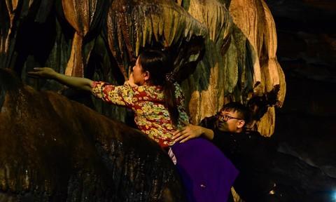 """Hôm nay khai hội chùa Hương: Chen lấn leo vách núi hứng """"nước lộc"""""""