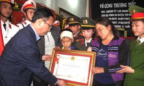 Truy tặng Huân chương chiến công cho thượng úy Lưu Minh Thức