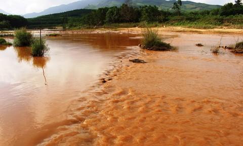 """Vàng tặc lộng hành """"giết chết"""" sông Quế Phương"""